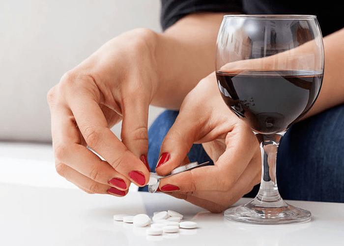 Lee más sobre el artículo Tomar ibuprofeno para la resaca, una práctica no recomendable